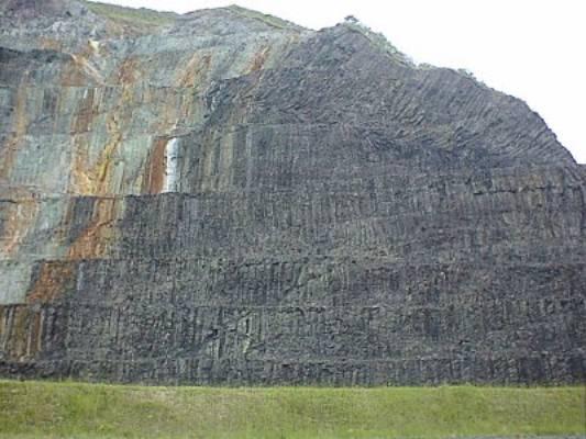 粗粒玄武岩と柱状節理